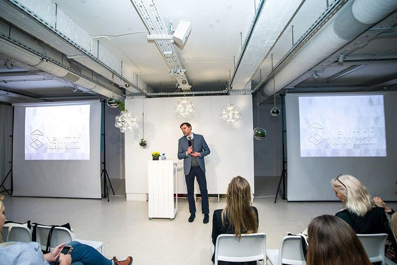 mężczyzna podczas prezentacji