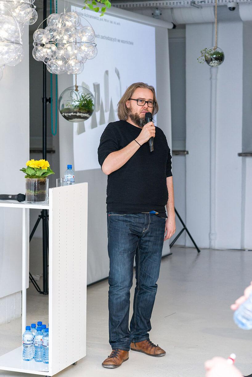 mężczyzna wdżinsach podczas prezentacji