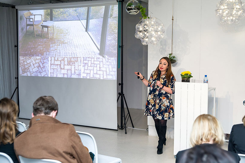 kobieta we wzorzystej sukience podczas prezentacji