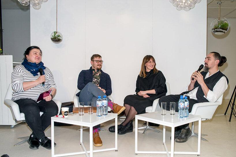 siedzące cztery osoby podczas dyskusji