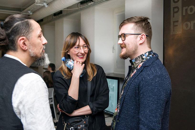 trzy osoby podczas rozmowy