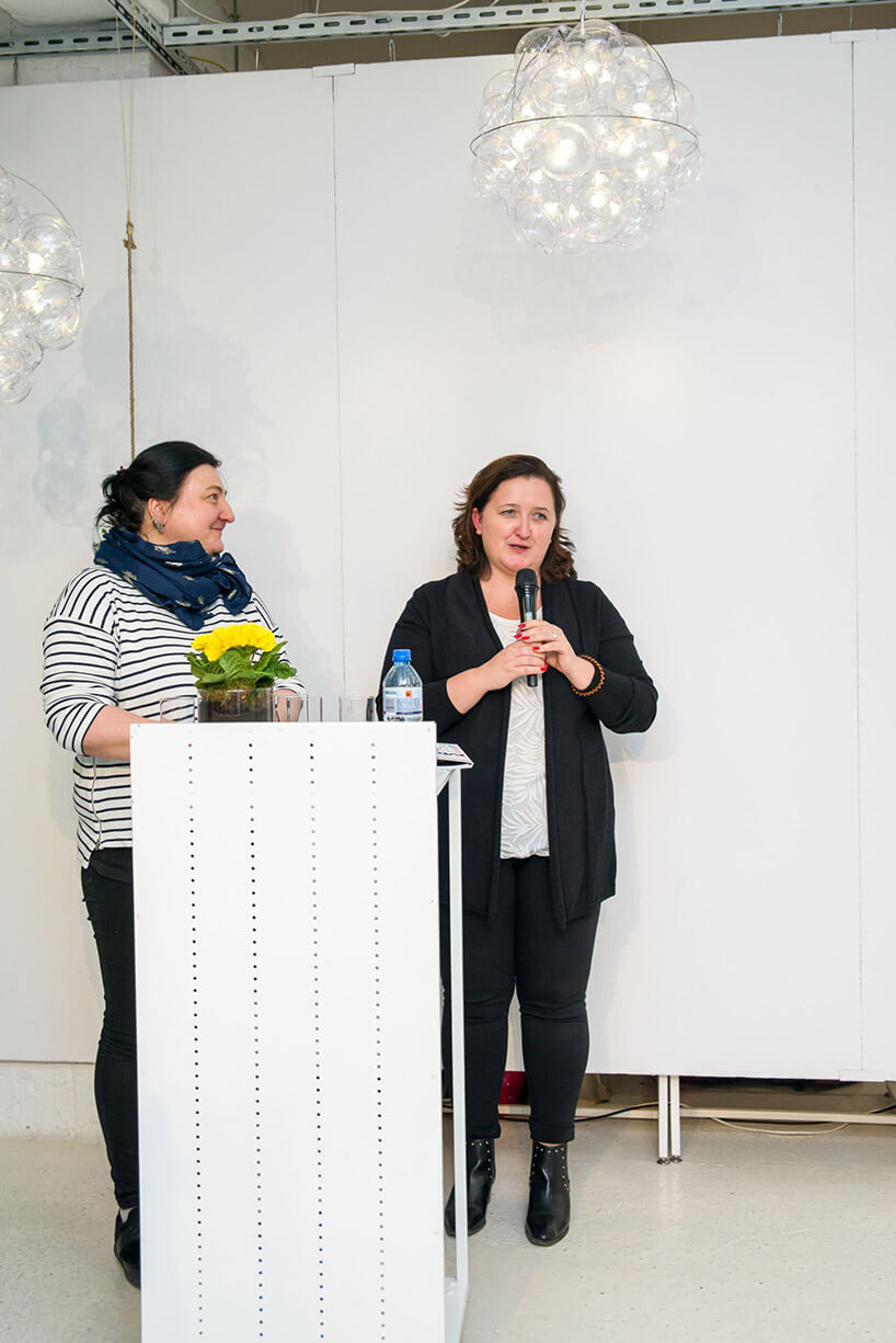 dwie kobiety podczas prezentacji