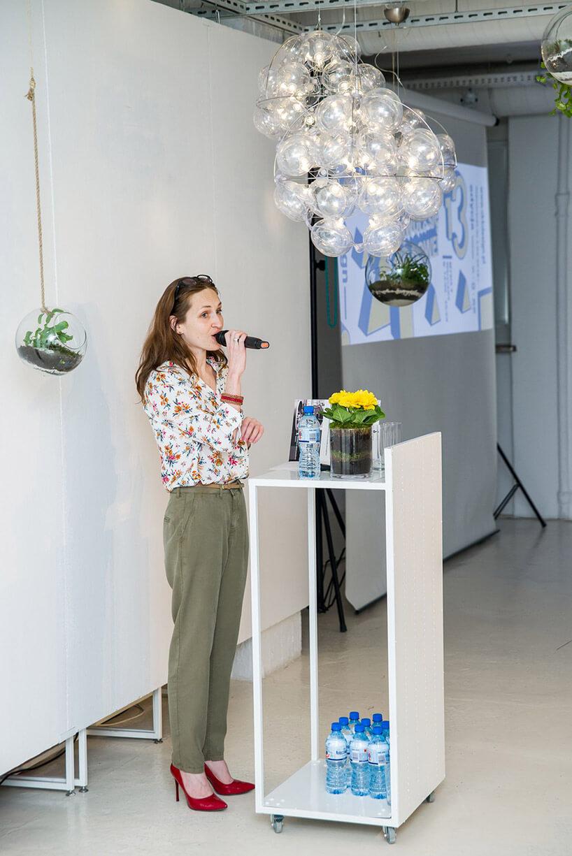 kobieta zmikrofonem podczas prezentacji
