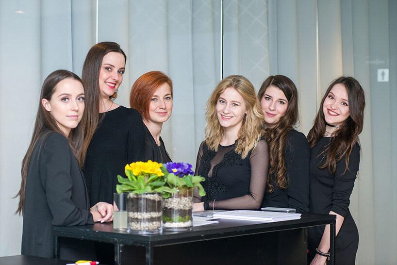 sześć kobiet przy czarnym stoliku