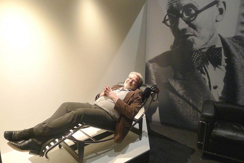 siwy mężczyzna leżący obok dużego plakatu