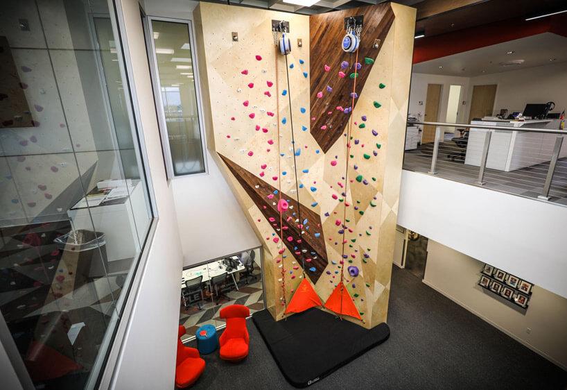 ściana wspinaczkowa wwysokim biurze
