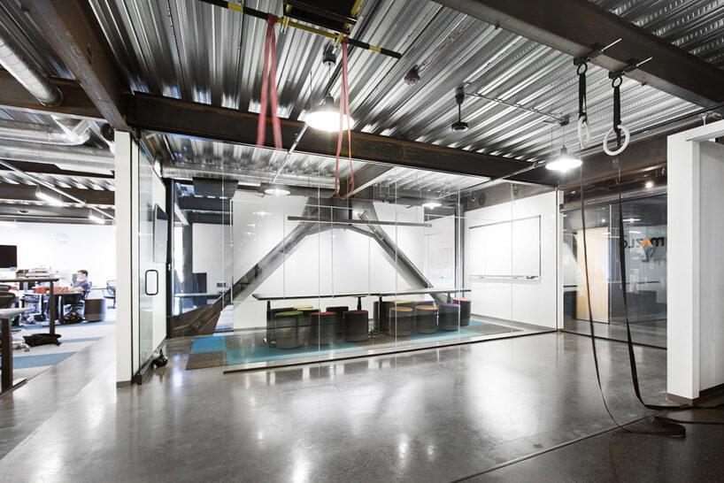 sala konferencyjna wmetalowym biurowcu