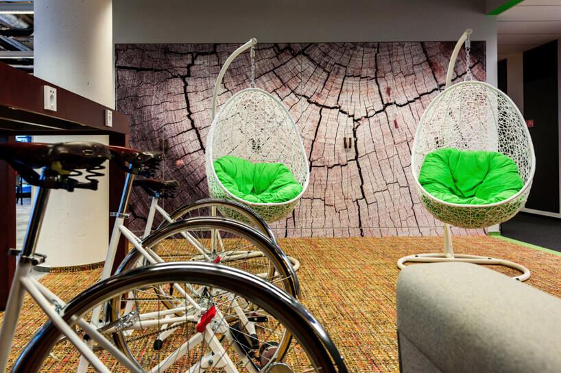 hamaki zzielonymi poduszkami obok rowerów