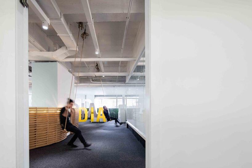 strefa relaksu wdużym biurze