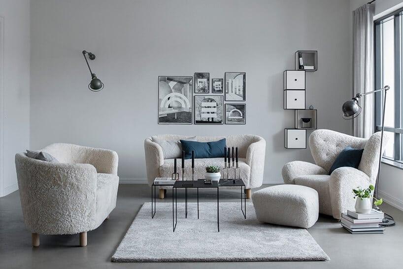 szare wnętrze zbiałymi kanapami oraz fotelami