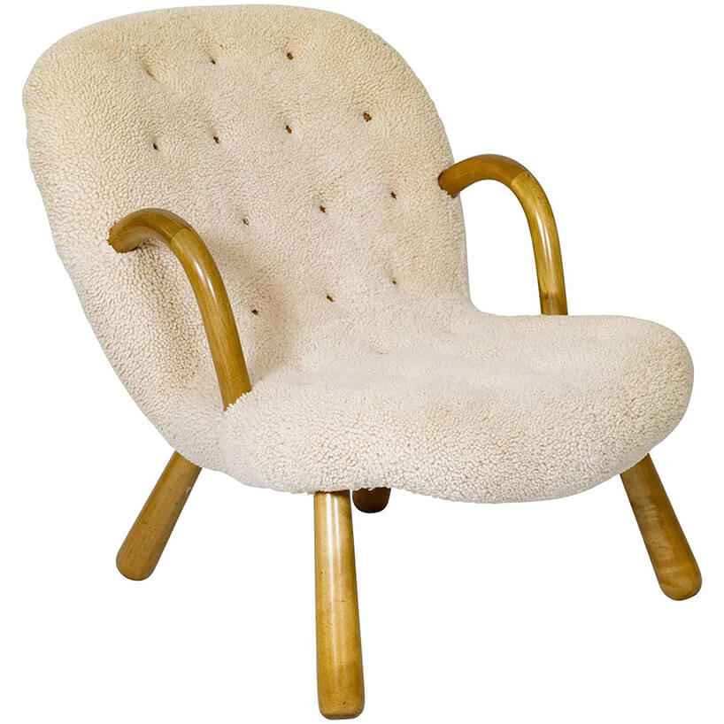 biały fotel pikowany zdrewnianymi wstawkami