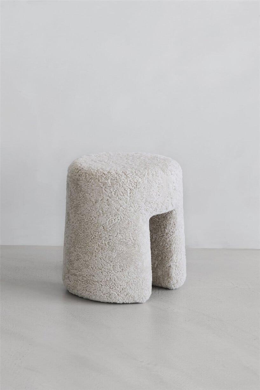 mały biały wycięty wśrodku stołem zbiałego misia