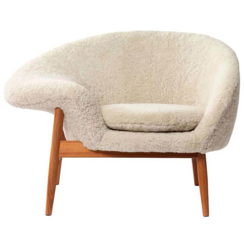 biał fotel zfuterkiem zdrewnianą ramą