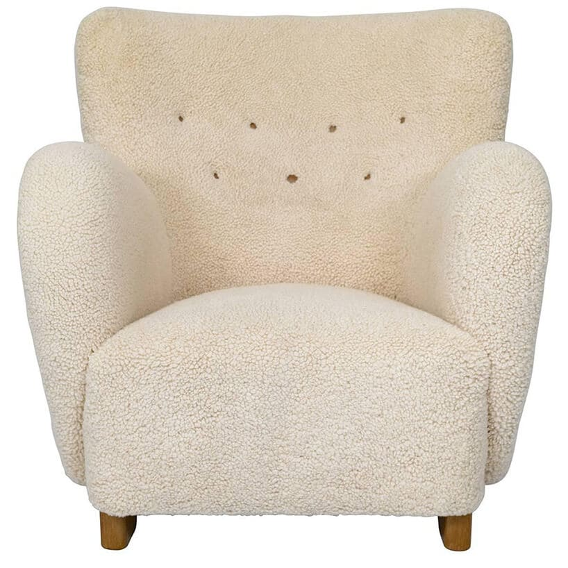 biały fotel zfuterkiem zdrewnianą ramą