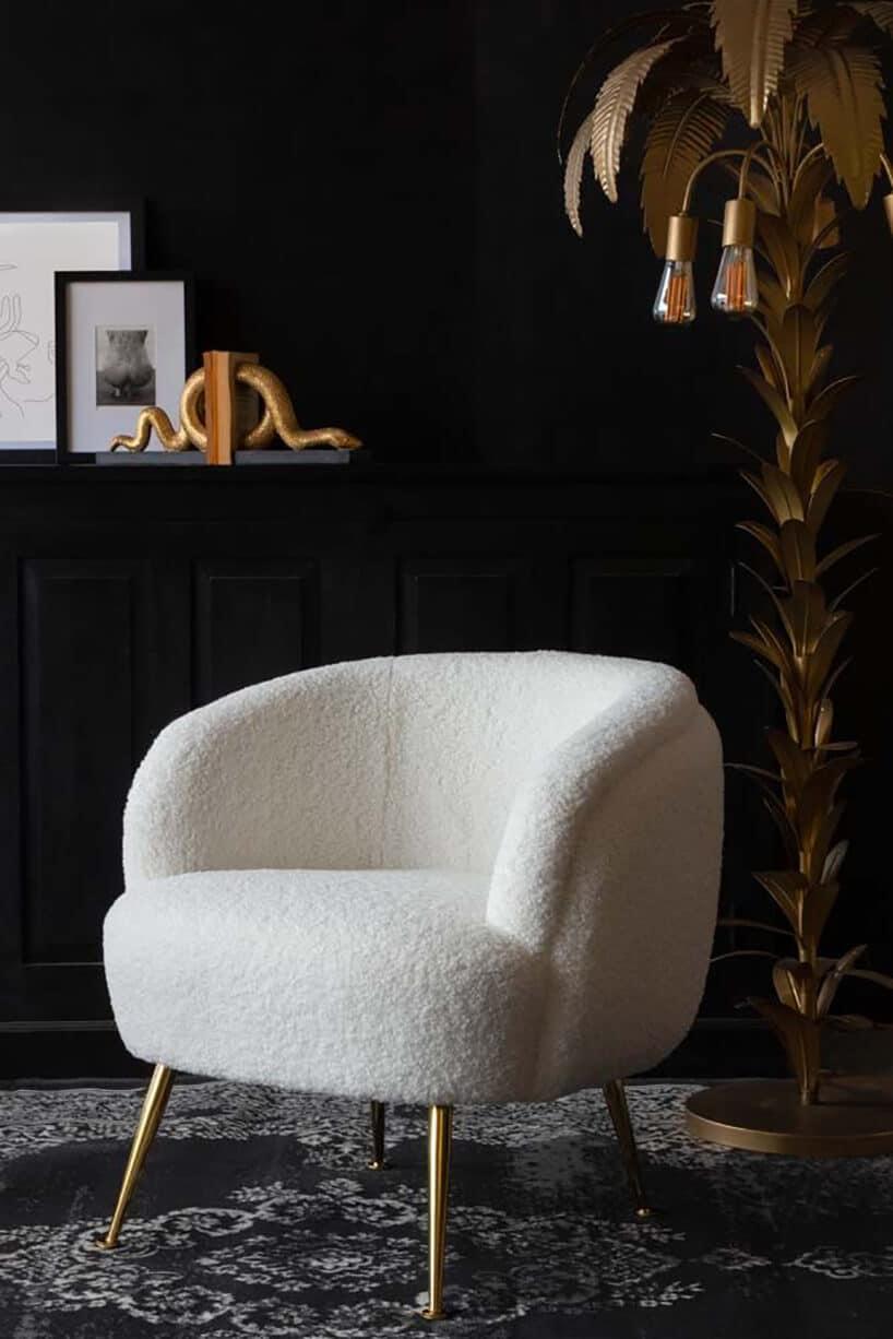 czarne pomieszczenie zkontrastowym białym fotelem
