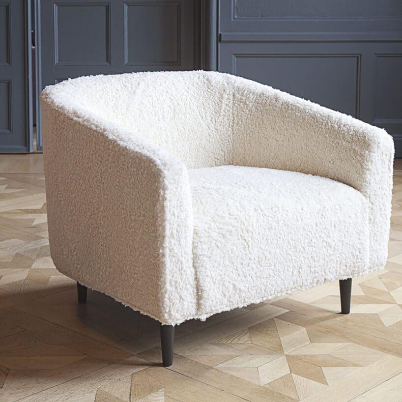 szeroki półokrągły fotel wbiałej tonacji