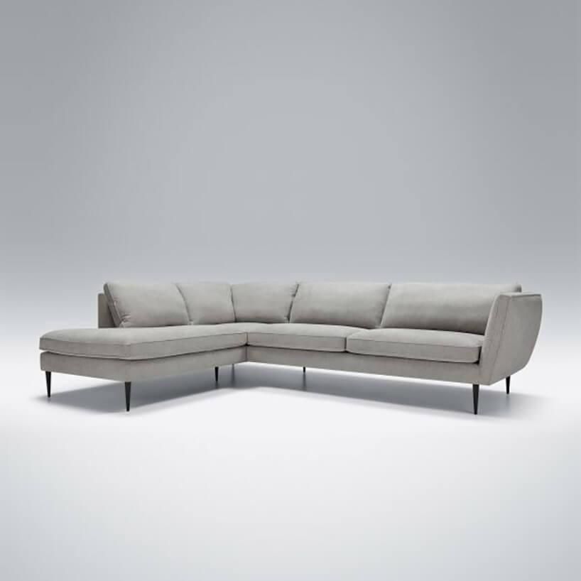 szeroka szara kanapa wkształcie litery L