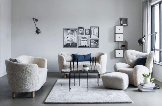 szare wnętrze z białymi kanapami oraz fotelami