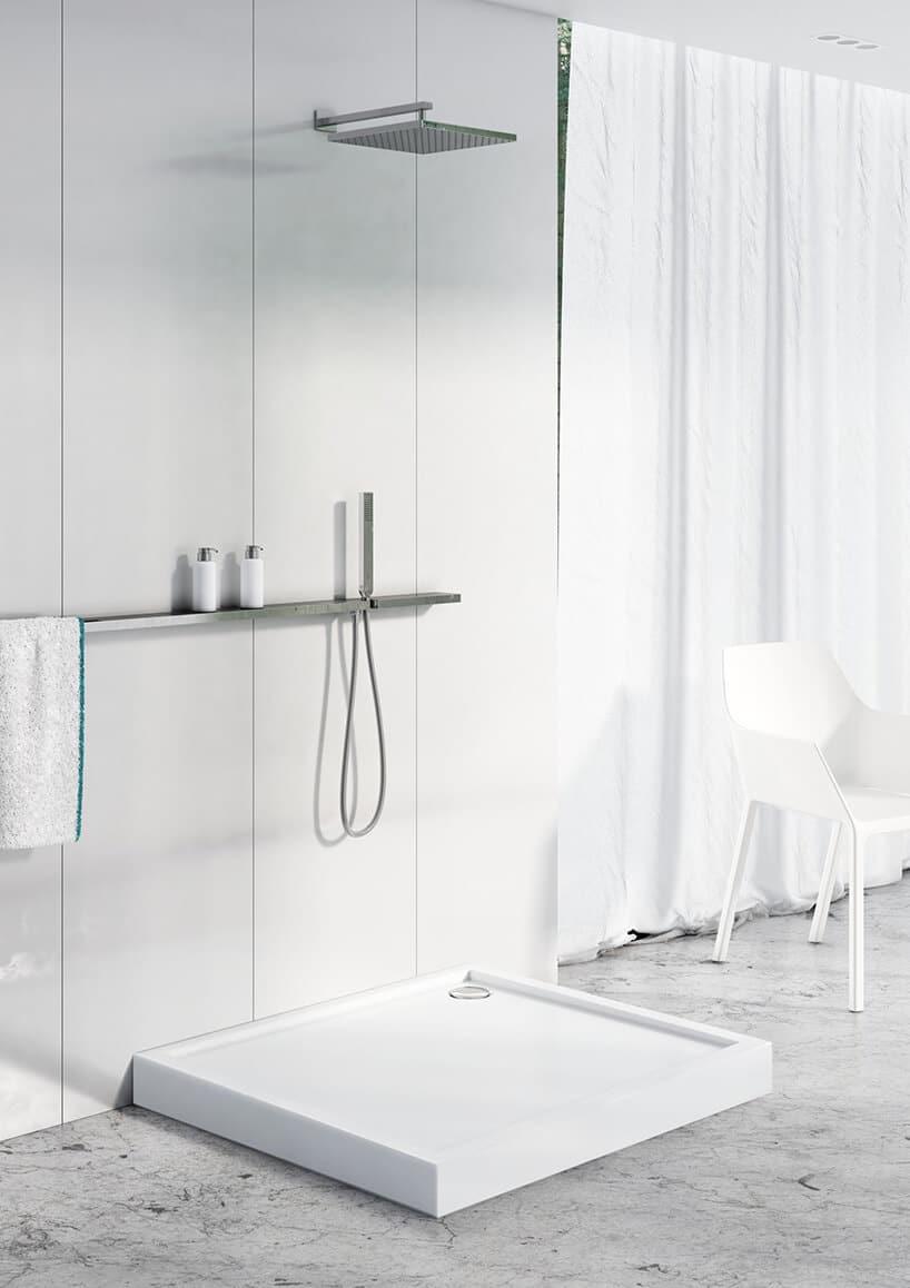 otwarty prysznic zbiałym brodzikiem na marmurowej podłodze