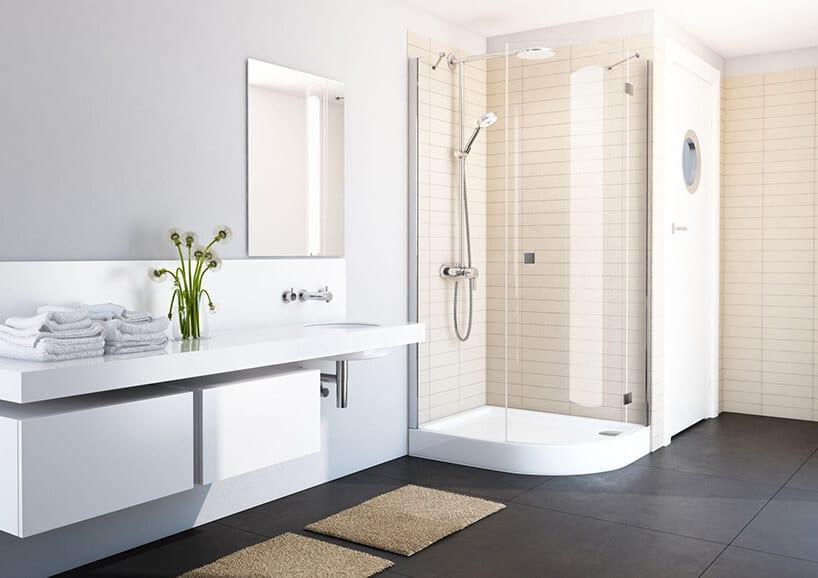 podłużne piaskowe kafle pod prysznicem przy szarej ścianie zlustrem