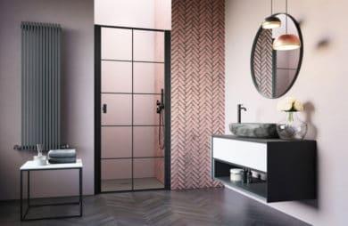 szklany drzwi prysznicowe w łazience z podwieszaną szafka i okrągłym lustrze