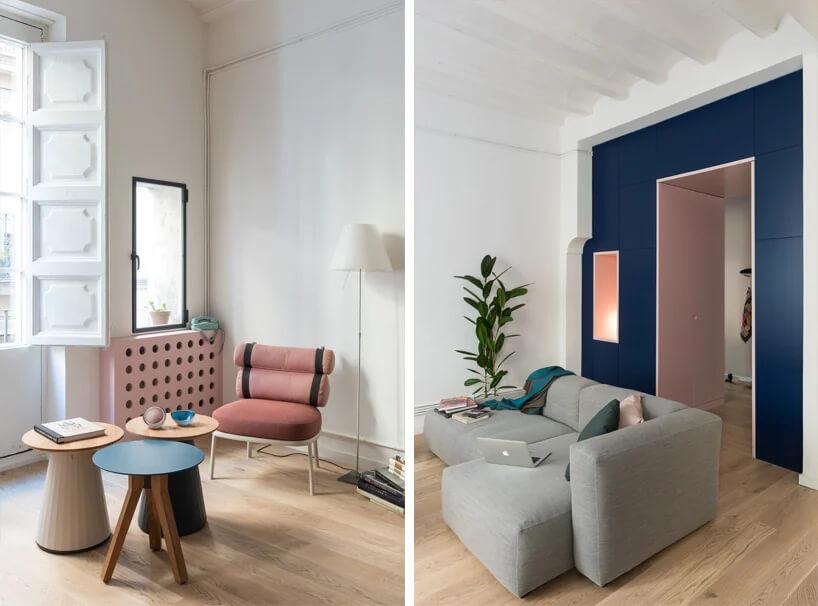 biały salon zdrewnianą podłogą zszarą sofą na tle niebieskiej zabudowy wokół drzwi