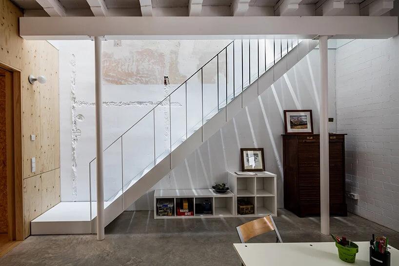 surowe pomieszczenie zbiałymi schodami