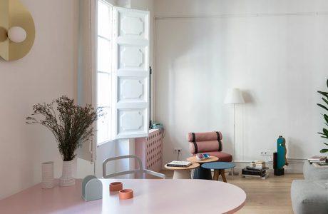 biały salon z drewnianą podłogą i białymi drewnianymi żaluzjami