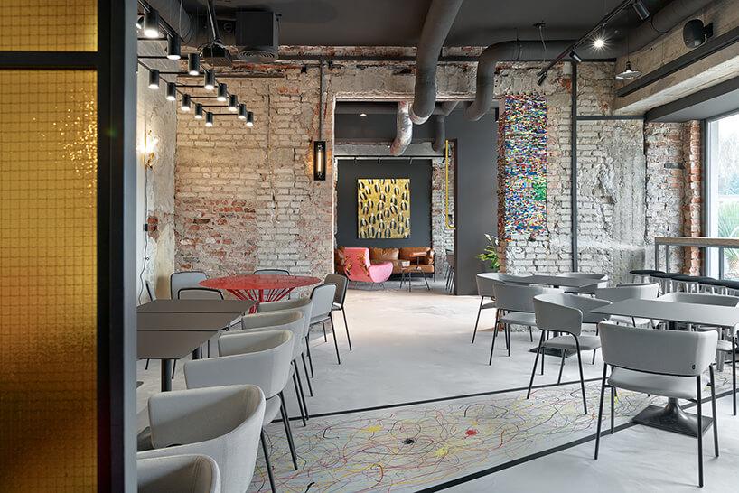 wnętrze restauracji POP in projektu Sikora Wnętrza biała podłoga zelementem wkolorowe wzory