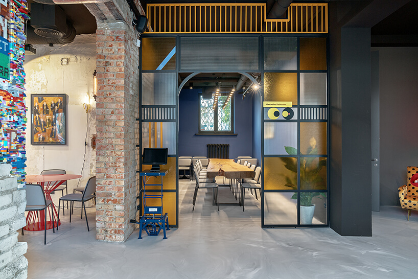 wnętrze restauracji POP in projektu Sikora Wnętrza wydzielona przestrzeń zdługim stołem zdrewnianym blatem zbiałymi krzesłami