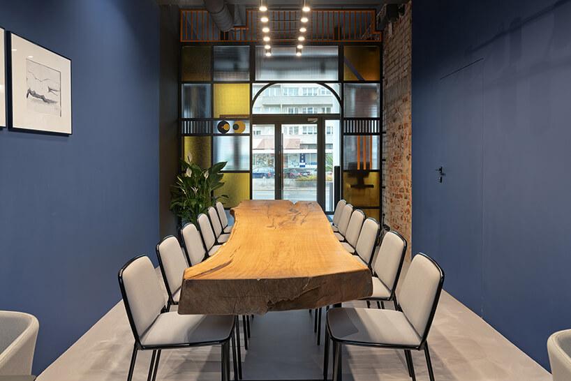 wnętrze restauracji POP in projektu Sikora Wnętrza stół zdrewnianym blatem zbiałymi krzesłami