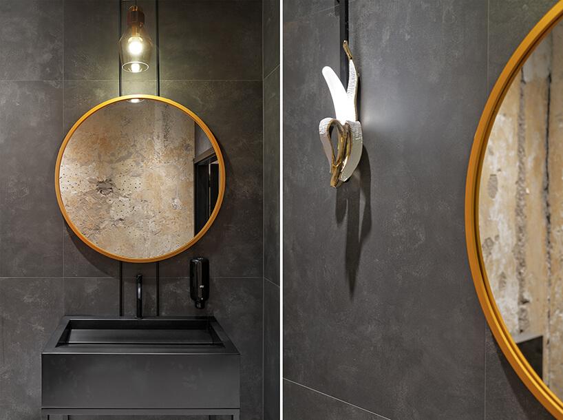 wnętrze restauracji POP in projektu Sikora Wnętrza wyjątkowe lustro wzłotej ramie zlampą ścienną wkształcie banana