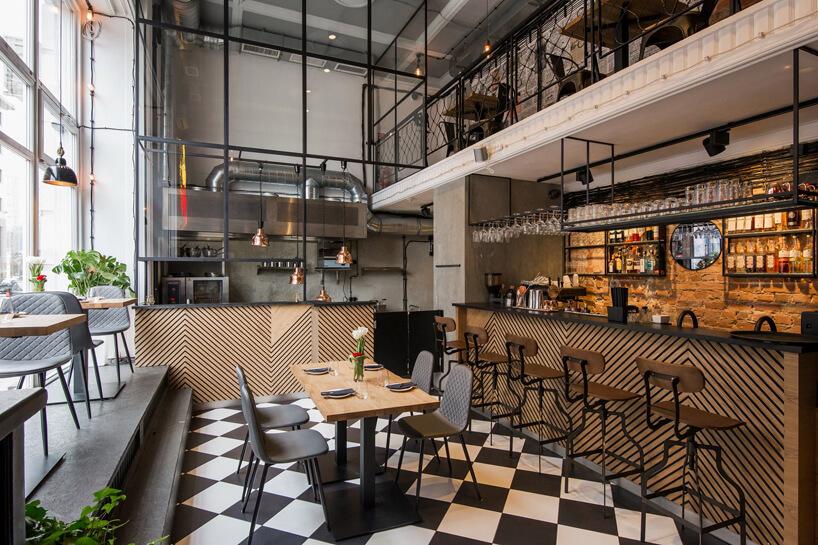wnętrze restauracji zdrewnianymi stolikami imetalowymi krzesłami