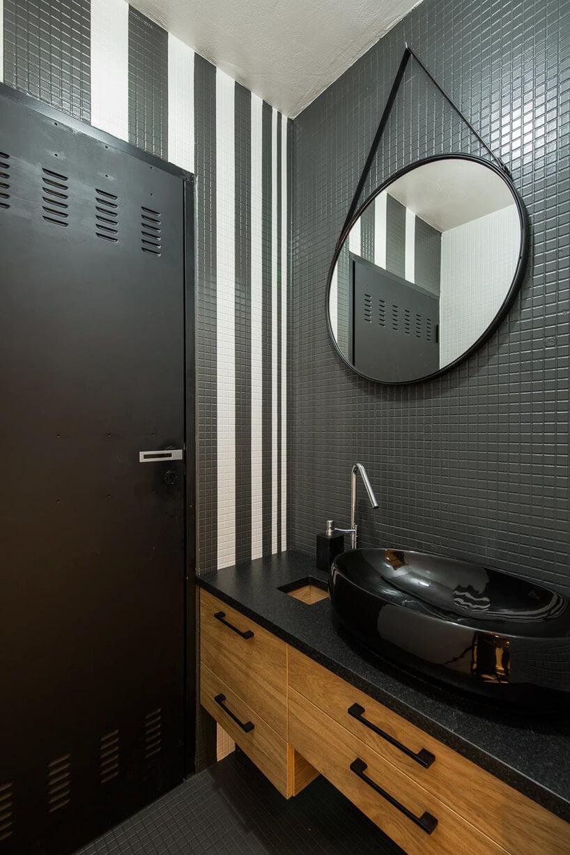 czarna łazienka wpłytkach zdrewnianą szafką
