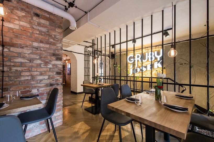 zdjęcie restauracji zodsłoniętymi ceglanymi ścianami