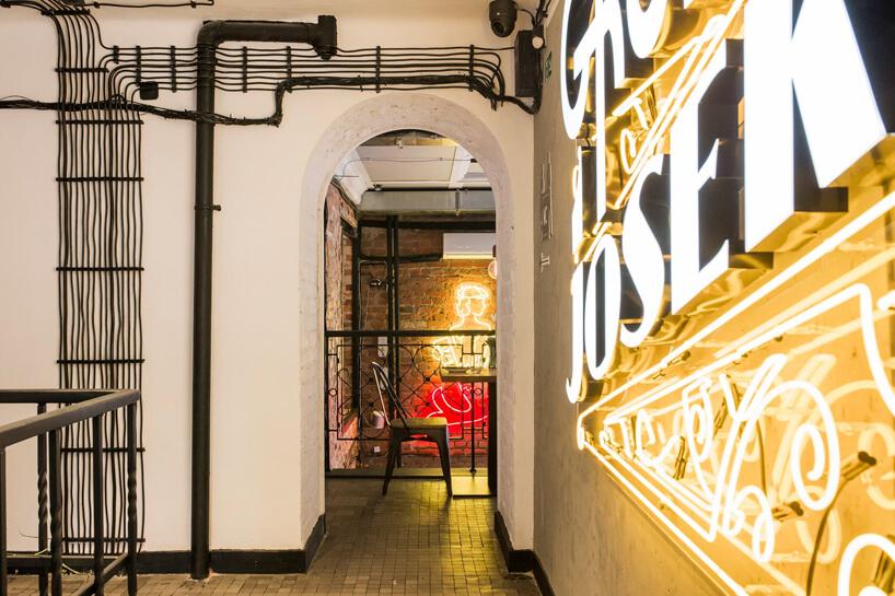 duży neon na ścianie restauracji Gruby Josek