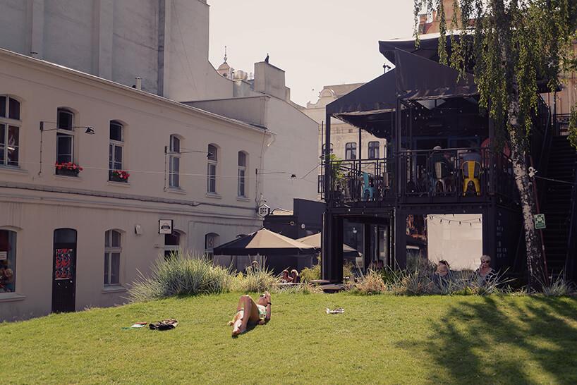 kobieta leżąca na trawie wcentrum Łodzi