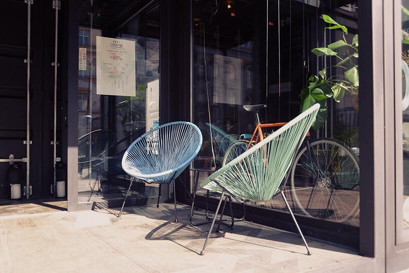 ciekawe fotele przy wejściu do restauracji wkontenerach