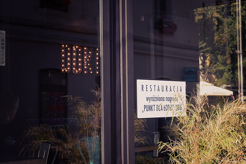 szklane drzwi wejściowe do restauracji Doki