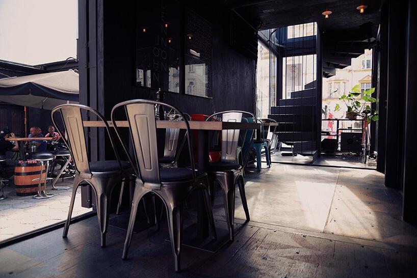 stoliki we wnętrzu restauracji wkontenerach