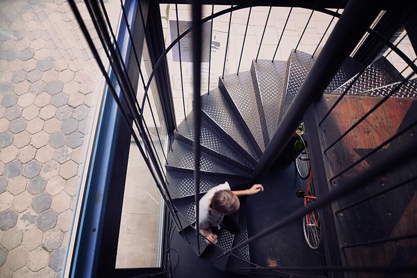 widok zpiętra na kręcone metalowe schody