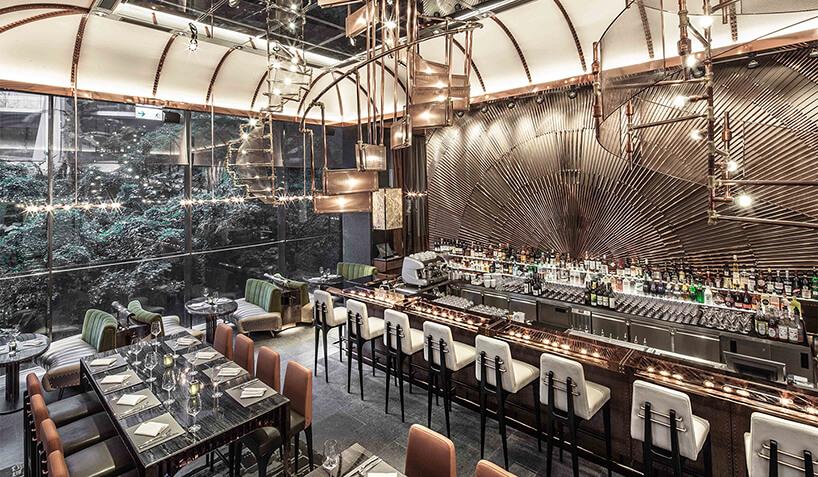 wnętrze restauracji AMMO – Italian Japanese Fusion projektu Joyce Wang zwykończeniami zpolerowanej miedzi