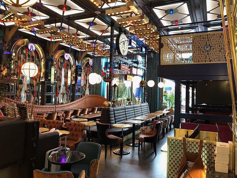 wnętrze restauracji Le Pain Francais projektu Stylt Trampoli szyldy na suficie