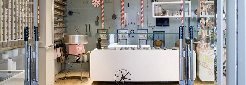 wnętrze lodziarni Rocambolesc Cafe projektu SANDRA TARRUELLA INTERIORS wstarym stylu