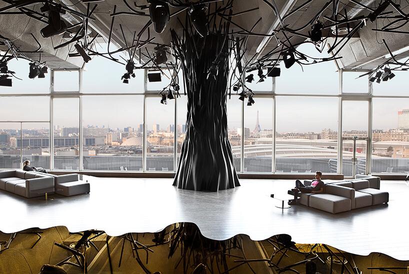 wnętrze ELECTRIC projektu Mathieu Lehanneur plastikowe drzewo na tle panoramicznego okna