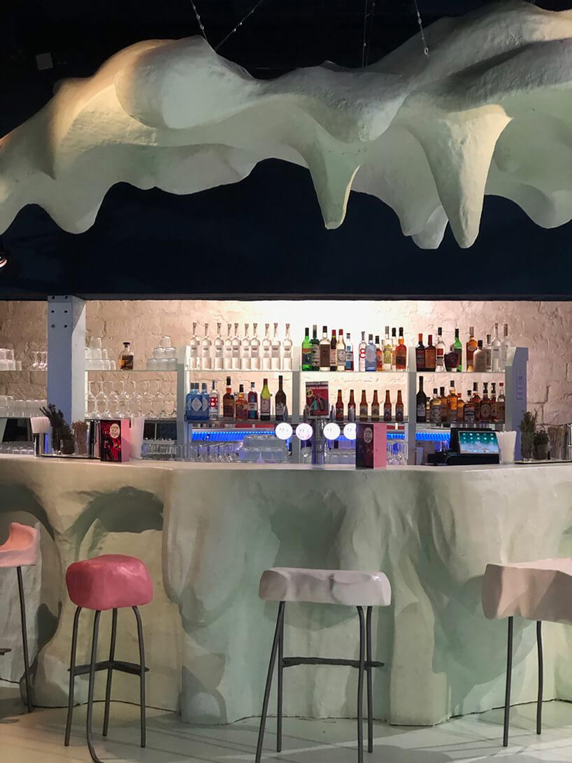 wyjątkowe wnętrze restauracji przypominające śnieżne zaspy