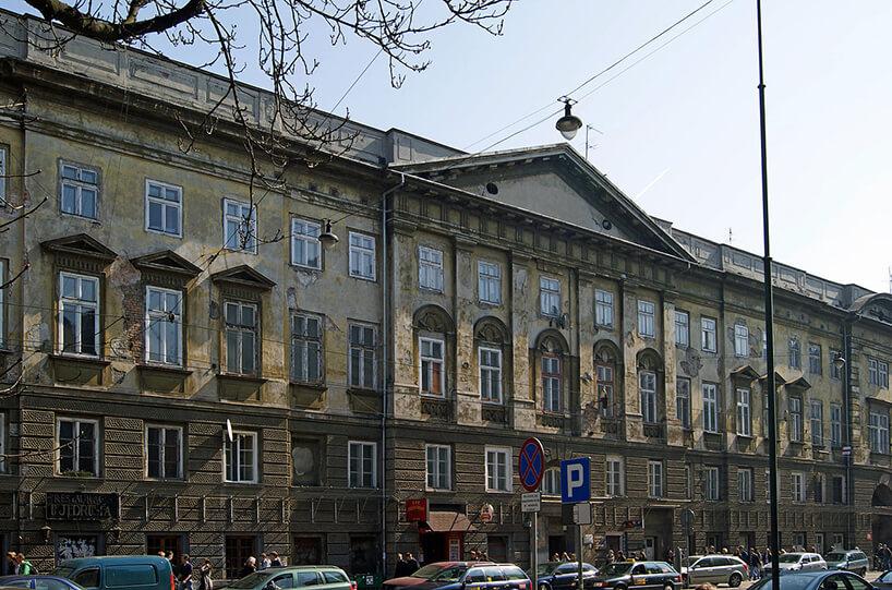 front zaniedbanej elewacji starej kamienicy rewitalizacja whotel Angel Stradom Kraków