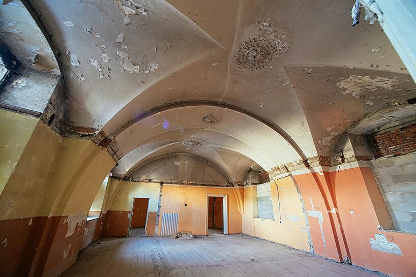 zaniedbane wnętrza starej kamienicy rewitalizacja whotel Angel Stradom Kraków złukami