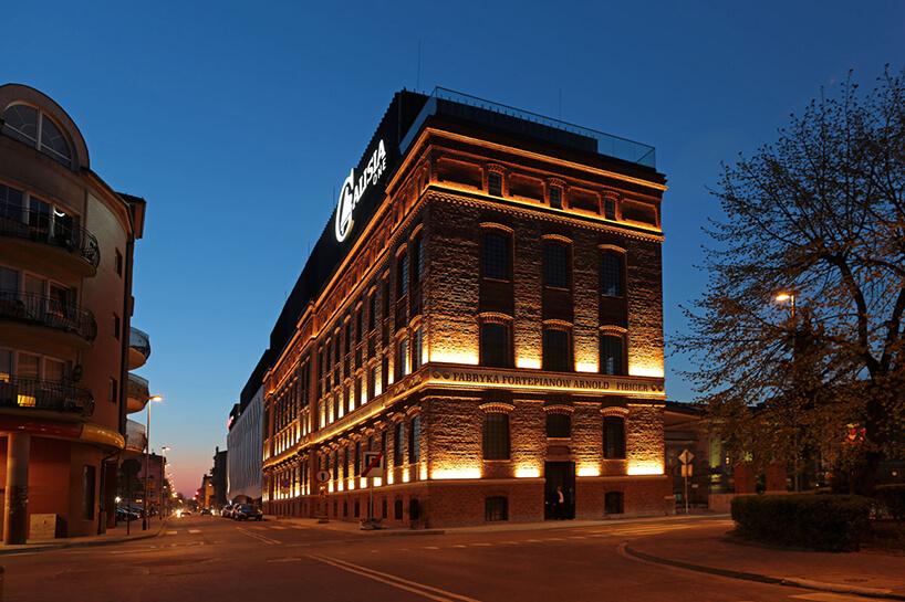 elewacja nocą zrewitalizowanej dawnej fabryki fortepianów wKaliszu wkompleks biurowy Calisia One