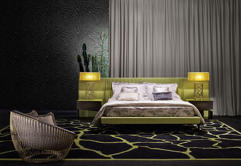 czarno-zielony dywan wpokoju zdużym łóżkiem zzielonymi akcentami